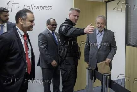 O agente Jorge Chastalo Filho acompanha o ex-presidente Lula para entrevista