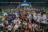 Elenco do Corinthians com a taça de campeão paulista de 2019