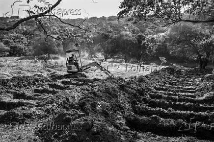 Escavadeira abre novas covas no cemitério São Luiz (SP)