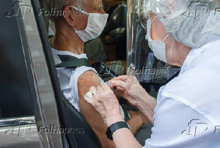 Idosos entre 94 a 99 anos são vacinados contra a Covid-19 (RJ)