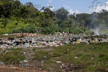 Lixos descartados às margens da rodovia federal BR-330, em Ubatã