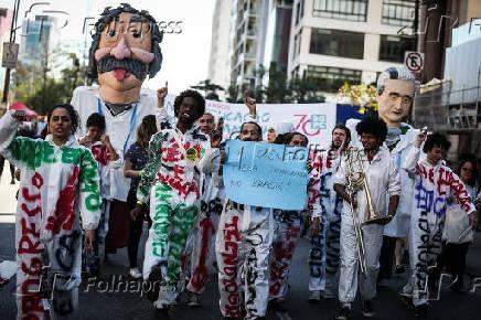 Manifestação com bonecos de Olinda dos cientistas Albert Einstein e Aziz Ab'Saber