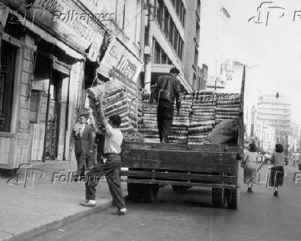 Comércio na rua 25 de Março em São Paulo (1956)