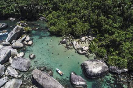Vista de drone de banhistas na piscina natural da Praia do Cachadaço