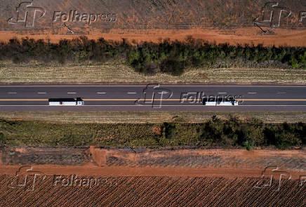 Caminhões na SP-294, em Bauru (SP)