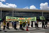 Bolsonaristas diante do Planalto protestam contra o isolamento social, o Congresso e o STF