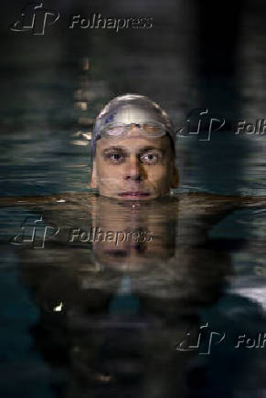 Cesar Cielo nada em piscina no clube Pinheiros, onde treina em São Paulo