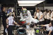 Com capacete em homenagem ao Brasil, Hamilton entra em seu carro para treino livre em Interlagos