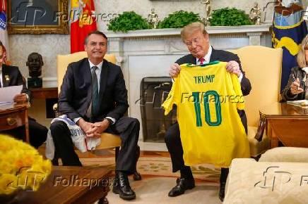 Jair Bolsonaro presenteia Donald Trump com camisa da seleção do brasil de futebol