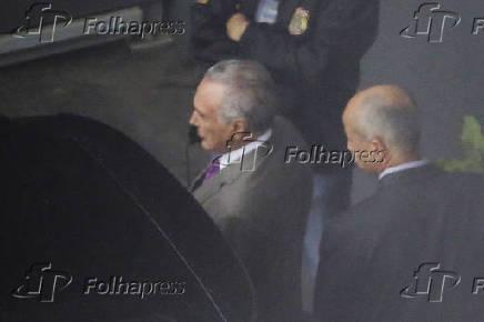 Temer é escoltado por agentes da PF no aeroporto de Guarulhos, onde embarcou para o Rio