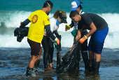 Mancha de óleo em praia, em Ipojuca (PE)