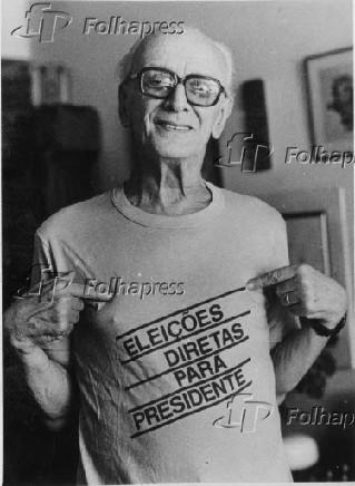 o escritor e compositor Mário Lago posa para foto com camiseta da campanha pelas Diretas-Já.