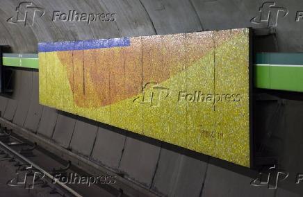 Painéis de pastilhas vitrificadas na estação Consolação do metrô (SP)
