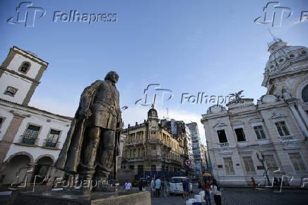 Escultura de Tomé de Souza em frente aos prédios da Câmara Municipal e Palácio Rio Branco