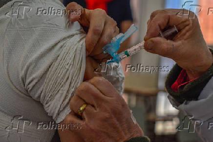 Vacinação em Porto Alegre conta a Covid-19