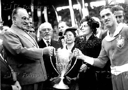 Getúlio Vargas entrega taça ao jogador Ademir Menezes