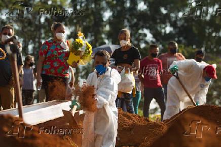 Enterros ocorridos no Cemitério Vila Formosa, zona leste de São Paulo