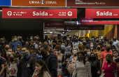 Passageiros aglomerados na estação Luz da CPTM, em São Paulo
