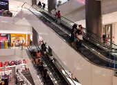 Movimento em shopping após reabertura do comércio