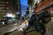 Guarda-civis faz revista em usuário de droga na região da cracolândia, em SP