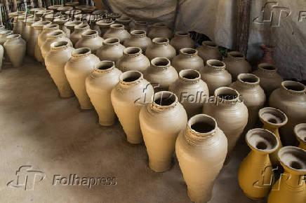 Produção de peças de cerâmica artesanal no distrito de Maragogipinho