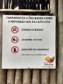 Placa informativa sobre as regras e proibições na cachoeira Porta do Sol