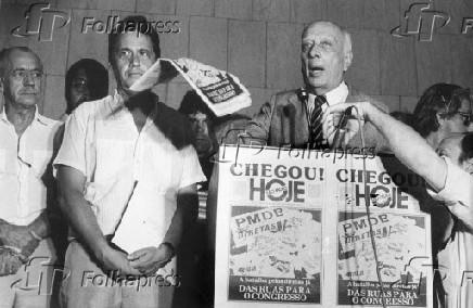 Ulysses Guimarães, presidente da Câmara dos Deputados, ao lado do senador Fernando Henrique Cardoso