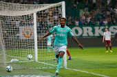 Luiz Adriano, do Palmeiras, comemora um de seus três gols