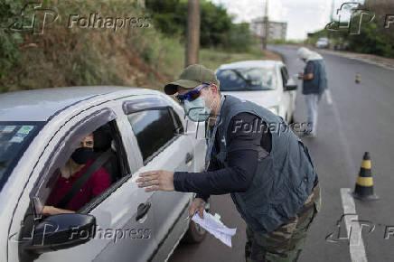 Blitz realizam testes de covid, na entrada da cidade de Araraquara (SP)
