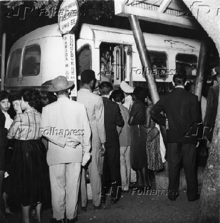 Fila de passageiros em ponto de ônibus em São Paulo (1951)