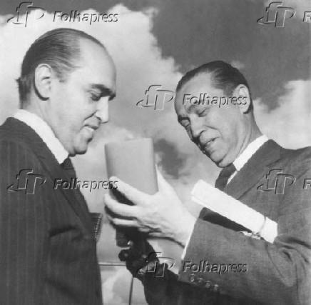 O arquiteto Oscar Niemeyer (à esq.)
