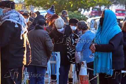 Pessoas enfrentam o frio para receber a segunda dose da Coronavac
