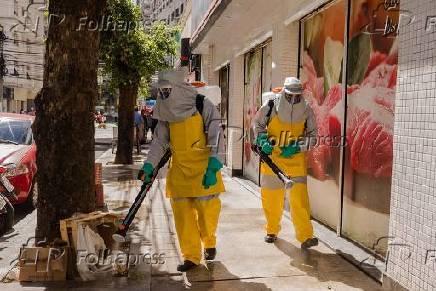 Profissionais realizam higienização das ruas na cidade de Niterói (RJ)
