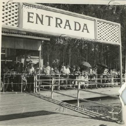 No embarcadouro, no Lago do Ibirapuera, zona Sul de São Paulo (1953)