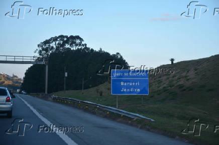 Placa de divisa de municípios entre Barueri e Jandira, na rodovia Castelo Branco