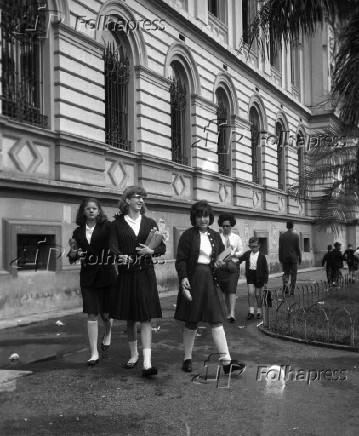 Alunas durante reinício das aulas no colégio Caetano de Campos em São Paulo (1965)