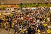 Consumidores fazem fila para passar em caixa de supermercado