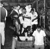 Futebol: o jogador Pelé, ao lado do