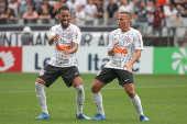Everaldo, jogador do Corinthians, comemora seu gol ao lado de Janderson
