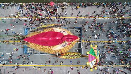 Vista aérea do galo gigante instalado na ponte Duarte Coelho, em Recife (PE)
