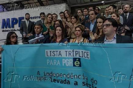 Membros do Ministério Público Federal erguem faixa em defesa da lista tríplice em SP