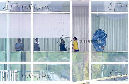 Jair Bolsonaro cumprimenta o vice Hamilton Mourão depois de receber alta do hospital