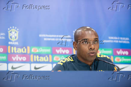 Fernandinho durante coletiva de imprensa