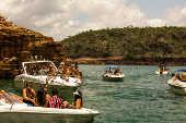 Intenso movimento de embarcações no lago de Furnas, em Capitólio (MG)