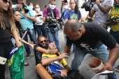 Manifestantes pró-Daniel Silveira agridem homem