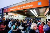 Passageiros na entrada da estação de trem Guaianazes