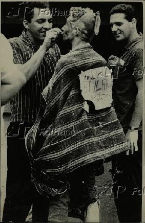 Carnaval 1965 - Folião se arruma para pular carnaval de rua em SP