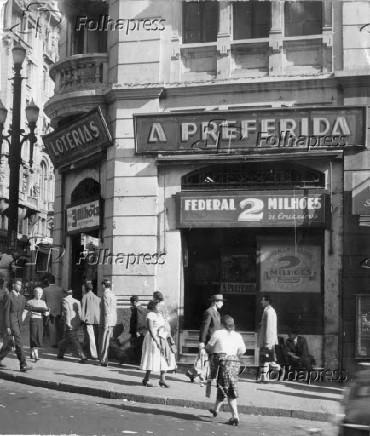 Casa onde pessoas realizam jogo do bicho, na Avenida São João, em São Paulo (1956)