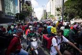 Motoboys realizam um protestos contra empresas de delivery