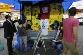 Camisetas pró-Bolsonaro à venda na rua 25 de março, em SP